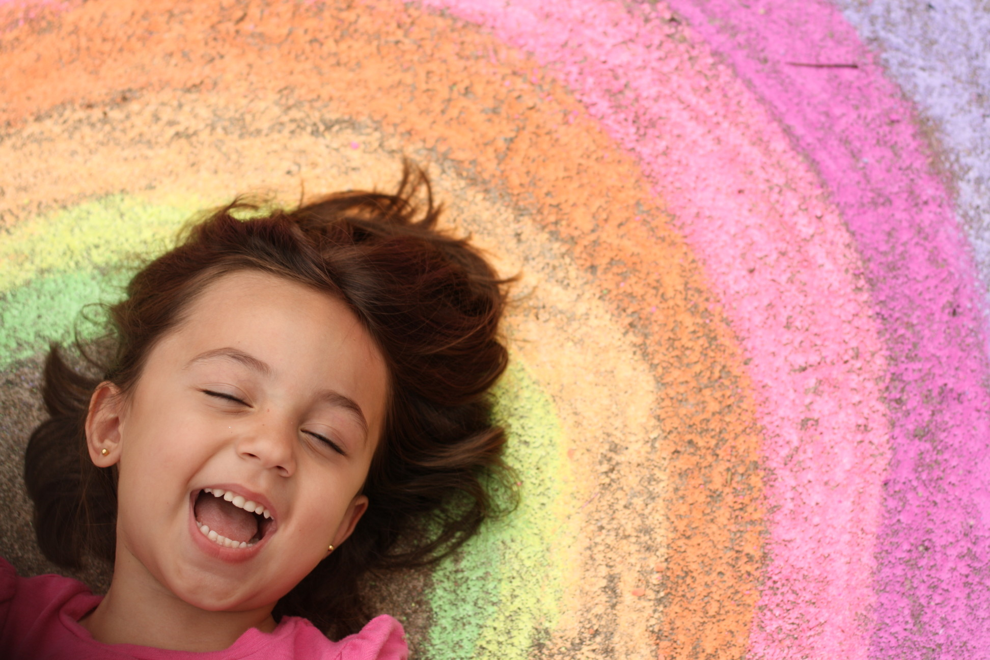 happy-girl-and-chalk-rainbow_t20_lWrajw